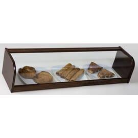 Vitrina neutra abierta de cristal curvo, construida en madera natural lacada